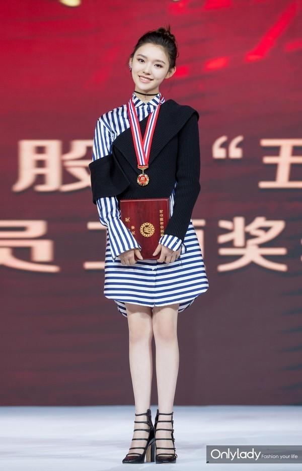 """2017年5月5日,北京,近日,林允出席第二届中影股份""""五一""""劳动奖颁奖礼。"""