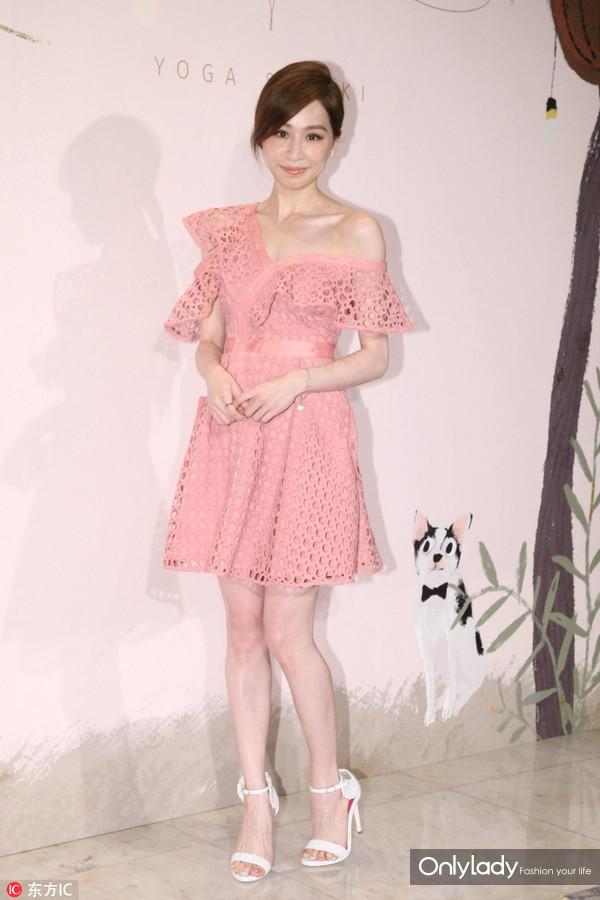 2017年6月26日,台北,众星出席林宥嘉、丁文琪台北婚宴。王心凌连衣裙:Self-Portrait