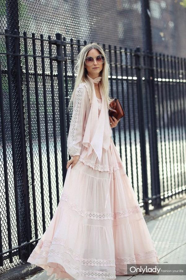 2017年6月10日,近日,时尚博主Charlotte Groeneveld潮人街拍。