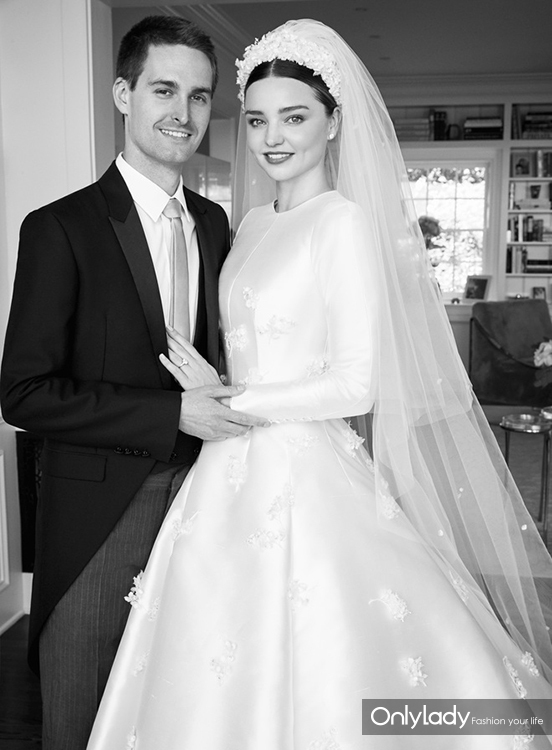 02-miranda-kerr-wedding-dress-evan-spiegel-vogue-august-2017 (1)