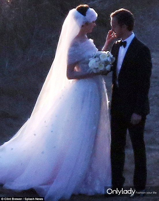 Anne-Hathaway-wedding-dress-picture