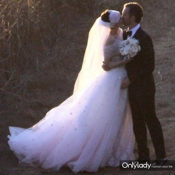 o-ANNE-HATHAWAY-WEDDING-DRESS-facebook