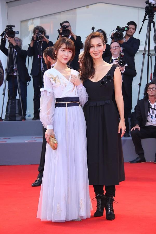 74届威尼斯:徐娇、卢靖姗亮相《水形物语》首映 一个少女一个性感
