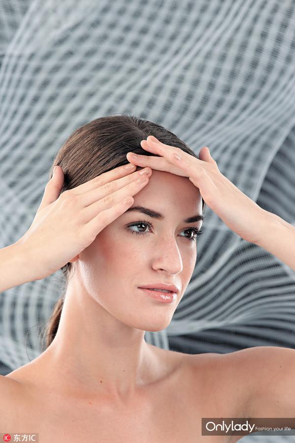 2、先由额部开始按压,有效减淡额头的细纹,及可改善暗哑肤色。