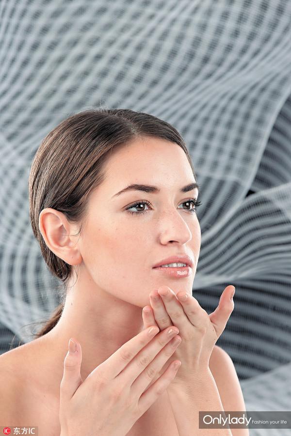 4、最后,不能忽略下巴和颈部,因为这部位最容易形成色素沉淀,按摩便可加强肌肤光泽感。