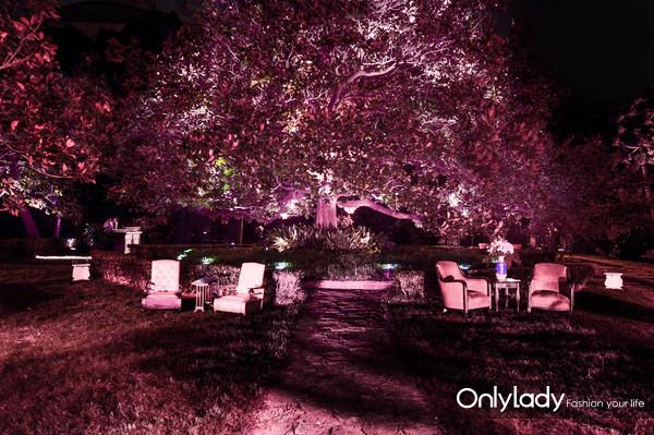 7.别墅内院以柔美浪漫的水灯装饰和粉色灯光效果为主题