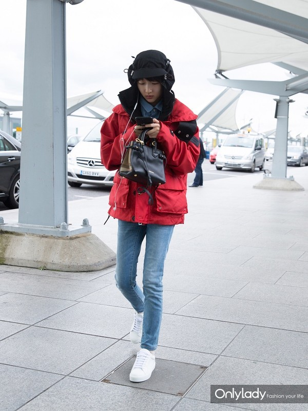 Actress Zhou Dongyu wearing Burberry and Carrying Burberry Banner at London Heathrow Aiport Sep19th,2017-2