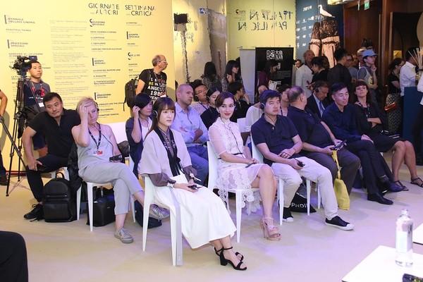 74届威尼斯:《聚焦中国》女性论坛 卢靖姗翘腿美艳、徐娇穿古装乖巧