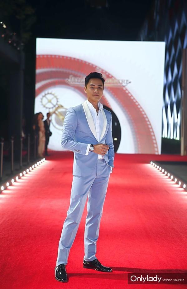 明道佩戴积家Master Grande Tradition大师系列超卓传统八日长动力万年历镂空机芯腕表亮相第21届上海国际电影节红毯及积家慈善晚宴