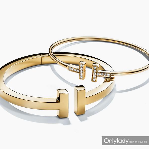 从左至右:Tiffany & Co. 蒂芙尼18K黄金手镯;Tiffany & Co. 蒂芙尼T系列18K黄金镶钻细款手镯