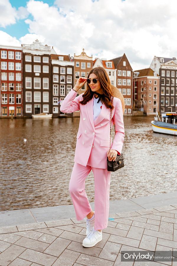 时尚博主Larisa Costea 粉色 西装 套装 挎包 小白鞋 平底鞋