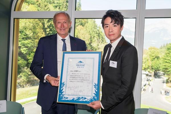 图3 - 欧莱雅集团董事长兼首席执行官安巩为俞灏明授予勃朗圣泉品牌慈善大使称号.