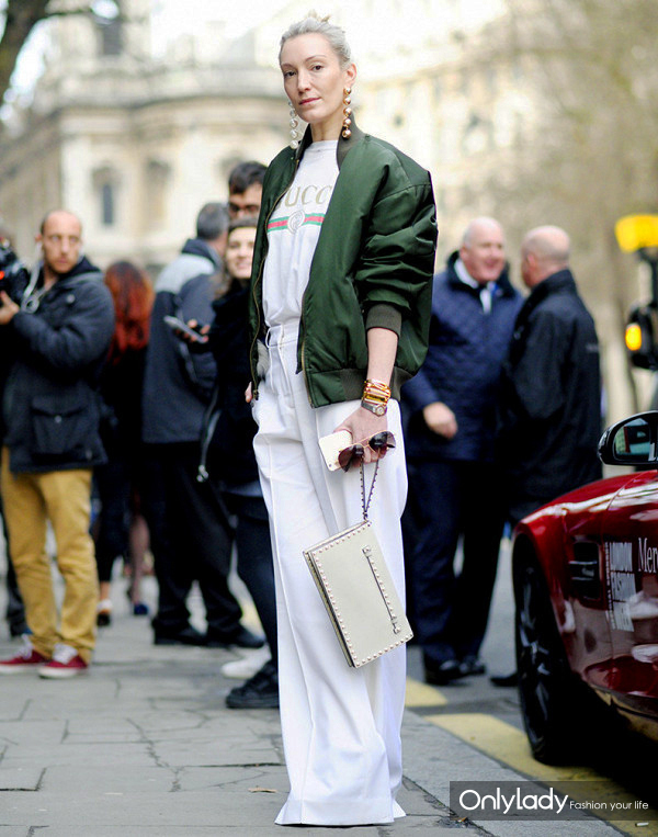 jo5zfw-l-610x610-pants-london+fashion+week+2017-fashion+week+2017-fashion+week-streetstyle-white+pants-wide+leg+pants-t+shirt-white+t+shirt-logo+tee-gucci-jacket-army+green+jacket-green+bomber+jack
