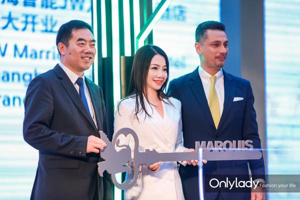 传递美好期许的钥匙交接仪式 从左至右,鲁能集团领导,上海鲁能JW万豪侯爵酒店总经理潘小莺女士,万豪国际集团华东地区副总裁马雷先生