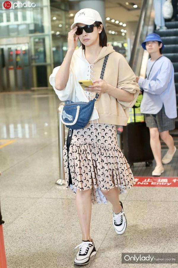 宋茜拼色绑带连帽卫衣+Marine Serre月牙图案半身裙 Chanel运动鞋+牛仔斜挎包时髦休闲