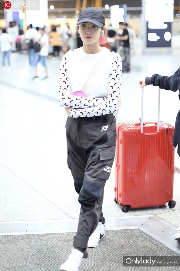 王紫璇Marine Serre打底衫+白TEE+工装裤 斜挎包+棒球帽酷帅有范