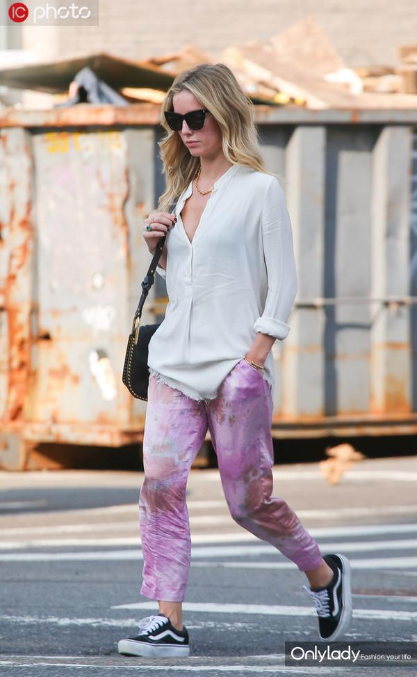 安娜贝拉-沃丽丝白衬衫+粉色扎染直筒裤 Vans帆布鞋+墨镜休闲时髦