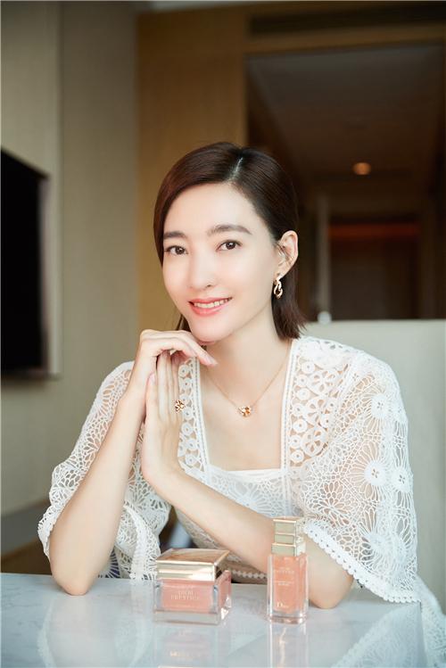 DIOR迪奥花秘瑰萃形象大使 王丽坤
