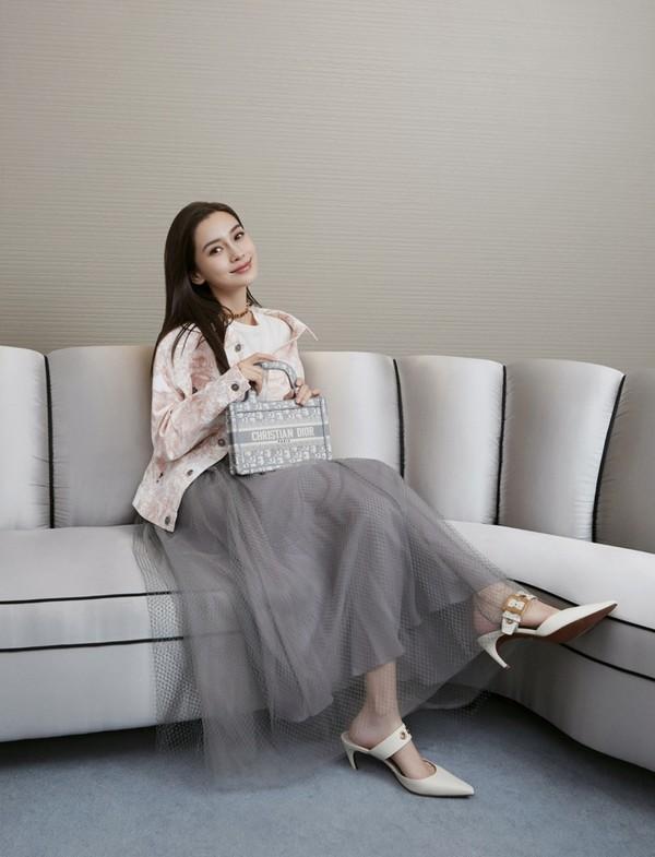 图片包含 室内, 沙发, 女人, 房间  描述已自动生成