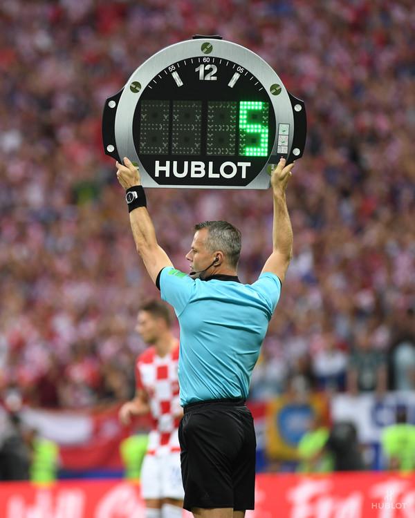 裁判员在世界杯赛场上佩戴BIG BANG 2018年俄罗斯世界杯裁判腕表与由宇舶表设计和制作的2018年俄罗斯世界杯裁计时牌