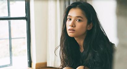 刚出道就和陈坤周迅抢C位,年少同台王俊凯,她小小年纪却来头很硬?