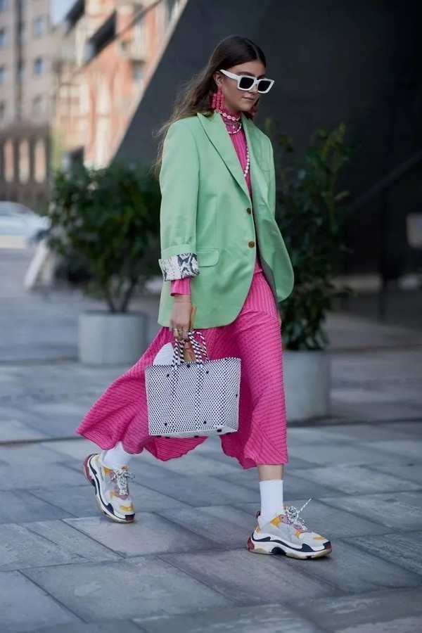 钟楚曦、周雨彤等时髦女明星都纷纷穿上了绿色