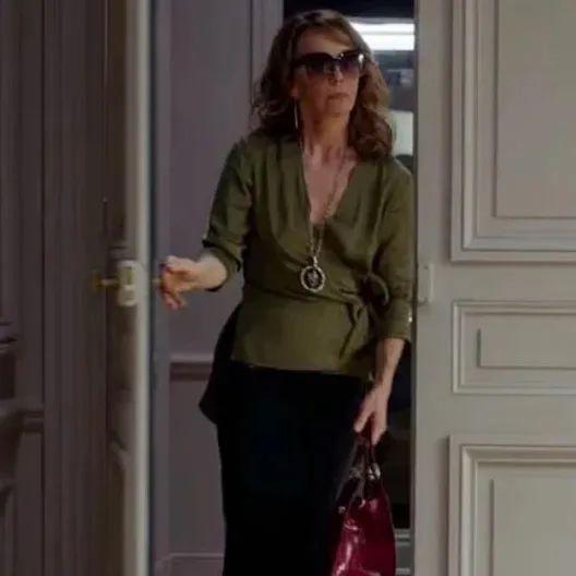 美式穿搭和法式穿搭的差距到底有多大?竟让Emily上班第一天就被嫌弃......
