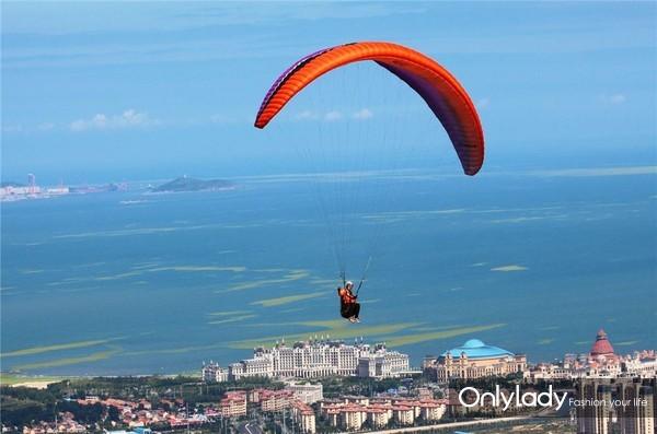 山东青岛金沙滩滑翔伞