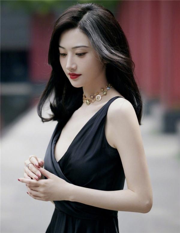 景甜盛装出席迪奥幸运符珠宝系列限时精品店开幕酒会
