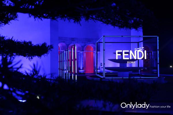 FENDI于成都呈现霓虹镜像派对