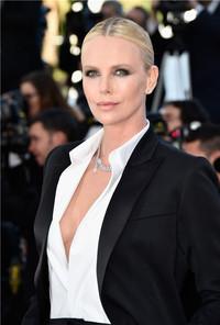 查理兹·塞隆(Charlize Theron)佩戴卡地亚高级珠宝闪耀第69届戛纳国际电影节红毯