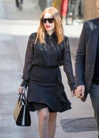 Jessica Chastain佩戴Givenchy 7011/S太阳眼镜现身洛杉矶街头